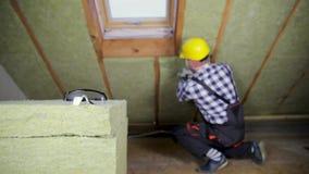 Mens die de thermische laag die van de dakisolatie installeren - mineraal gebruiken streef na stock video