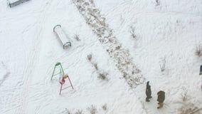Mens die de tijdspanne van de sneeuwtijd scheppen stock videobeelden
