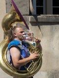 Mens die de tuba in de straat spelen Stock Foto