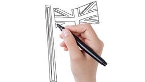 Mens die de Vlag van het Verenigd Koninkrijk op whiteboardachtergrond schetsen stock videobeelden
