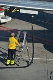 Mens die de vliegtuigen in Vaclav Havel Prague Airport van brandstof voorzien stock afbeeldingen