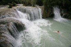 Mens die in de waterval van Si zwemt Kuoang Royalty-vrije Stock Afbeelding