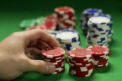 Mens die de weddenschap in kaartspel opheffen royalty-vrije stock afbeelding