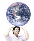Mens die de wereld (het wereldbeeld is van NASA) ondersteunt Stock Fotografie