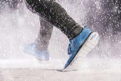 Mens die in de winter lopen stock foto's