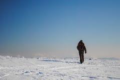 Mens die in de winter wandelen stock foto's