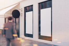 Mens die de witte spot van het muurrestaurant op venster ingaan Royalty-vrije Stock Afbeelding