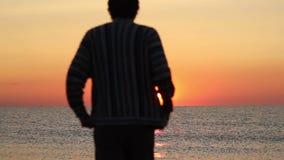 Mens die in de zonsopgang lopen Zeemeeuwen het vliegen stock video