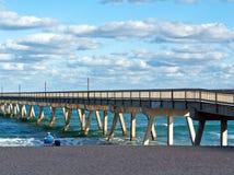 Mens die Deerfield Strand Florida ontspant Stock Afbeeldingen