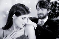Mens die diamanthalsband voorleggen aan vrouw stock foto's