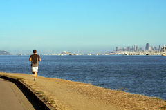 Mens die dichtbij Tiburon, Californië achter San Francisco s weglopen Stock Foto's