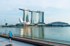 Mens die dichtbij waterkant van de rivier van Singapore met Marina Bay Sands-achtergrond lopen Singapore 15 November 2017 Royalty-vrije Stock Fotografie