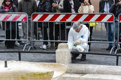 Mens die die de schade werken te herstellen door Hooligan na het conflict in Spaanse stappen wordt geberokkend Stock Afbeelding