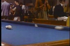 Mens die die truc proberen op poollijst wordt geschoten stock videobeelden