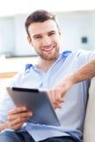 Mens die digitale tablet gebruiken Royalty-vrije Stock Afbeelding