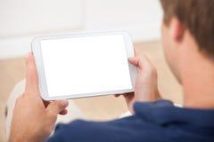 Mens die Digitale Tablet thuis gebruiken Stock Foto