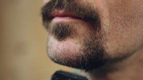 Mens die dikke graying baard scheren die weg, zijn persoonlijke stijl, gezichtsclose-up veranderen stock videobeelden