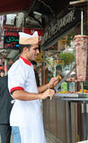 Mens die Donner Kebab snijdt Royalty-vrije Stock Afbeelding