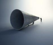 Mens die door een uitstekende megafoon spreken Royalty-vrije Stock Foto