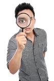 Mens die door een vergrootglas kijkt Royalty-vrije Stock Foto's
