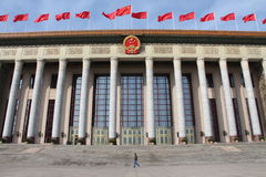 Mens die door Grote Zaal van Mensen in Peking overgaan Royalty-vrije Stock Fotografie