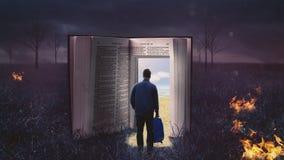 Mens die door open bijbel lopen royalty-vrije stock fotografie