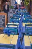 Mens die door OpenluchtRestaurant loopt Stock Foto