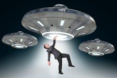 Mens die door UFO worden ontvoerd - vreemd abductieconcept Royalty-vrije Stock Afbeeldingen