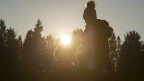 Mens die door zwangere partner bij zonsondergang knielen Royalty-vrije Stock Fotografie