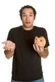 Mens die Doughnut eet stock foto's