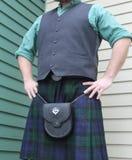 Mens die dragend Schotse kilt bevinden zich stock foto