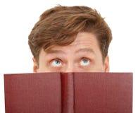 Mens die dreamily boek leest - close-up van ogen Stock Afbeelding