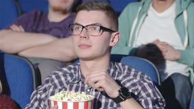 Mens die duim-omhooggaand tonen aan de bioskoop stock video