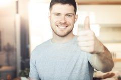 Mens die duim tonen royalty-vrije stock foto's