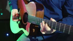 Mens die een akoestische gitaar speelt stock videobeelden