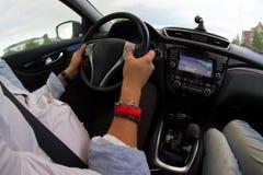 Mens die een auto drijft royalty-vrije stock afbeelding