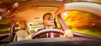 Mens die een auto drijft Stock Foto's