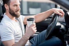 Mens die een auto drijft royalty-vrije stock afbeeldingen
