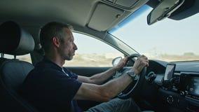 Mens die een auto op de snelweg drijven stock videobeelden