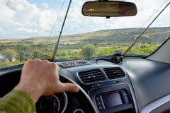 Mens die een auto op een wegreis drijven voor vlieg visserij stock afbeelding