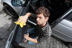 Mens die een auto schoonmaakt Royalty-vrije Stock Foto