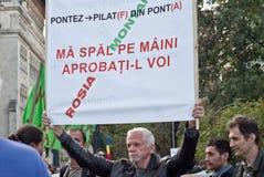 Mens die een banner in Boekarest houden Royalty-vrije Stock Foto