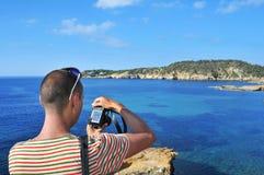 Mens die een beeld in Ibiza-Eiland, Spanje nemen Stock Foto's
