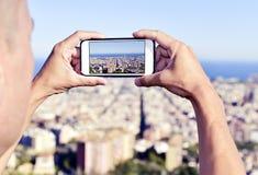 Mens die een beeld van Barcelona, Spanje, hierboven nemen van stock afbeelding