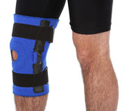 Mens die een beensteun draagt stock fotografie