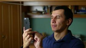Mens die een bericht op telefoonsmartphone typen sociale media stock footage