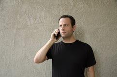 Mens die een betreffend telefoongesprek hebben Royalty-vrije Stock Afbeelding