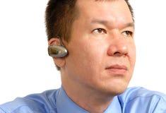 Mens die een Bluetooth Headse draagt Royalty-vrije Stock Foto's