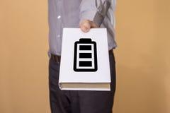 Mens die een Boek houdt Het concept van het batterijleven Stock Afbeelding