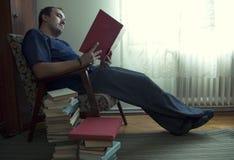 Mens die een boek leest Royalty-vrije Stock Afbeeldingen